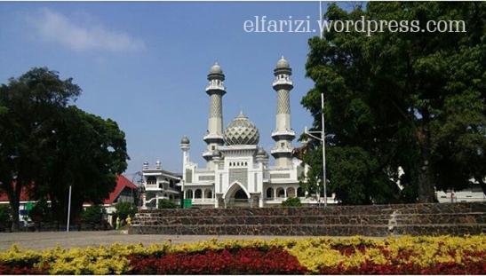 Menunggu waktu Shalat Jumat di alun-alun Kota Malang.