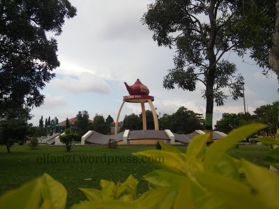 Tugu Poci di depan Masjid Agung Slawi